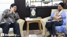 Menteri Perindustrian Airlangga Hartarto berbincang dengan Kepala Perwakilan UNIDO untuk Indonesia dan Timor Leste Shadia Bakhait Hajarabi di Kementerian Perindustrian