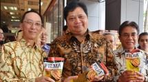 Menteri Perindustrian Airlangga Hartarto didampingi Dirjen Industri Agro Kemenperin Panggah Susanto dan Direktur PT. Smart Tbk. Harry Hanawi