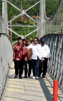 Jembatan Gantung Soropadan, dan Rumah Susun Sewa Parakan Wetan, di Desa Kauman, Kabupaten Temanggung, Sabtu (17/6). (Foto: Humas/Rahmat)