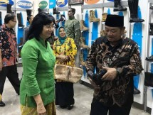 Dirjen Industri Kecil dan Menengah (IKM) Kementerian Perindustrian Gati Wibawaningsih bersama Bupati Sidoarjo Saifullah
