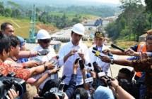 Presiden Jokowi saat menjawab pertanyaan wartawan usai Peninjauan Ruas Tol Bocimi Seksi I Ciawi-Cigombong, Cigombong, Kabupaten Bogor (21/6). (Foto: Humas/Jay)