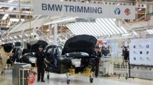 Pekerja Sedang Merakit BMW Seri 7 di Indonesia