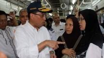 Menteri Perhubungan, Budi Karya Sumadi saat mencoba transportasi KRL (ist)