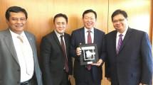 Menteri Perindustrian, Airlangga Hartarto didampingi Kepala Bekraf, Triawan Munaf dan Duta Besar RI untuk Korea Selatan, Umar Hadi saat menemui Chairman Lotte Chemical Titan, Shin Dong Bin