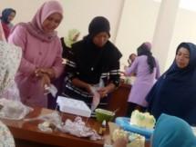 CSR, Jababeka Berikan Keterampilan Menghias Kue kepada warga