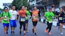 Walikota Bogor Bima Arya Sugiarto (ketiga dari kiri) sedang berlari di ajang Mandiri Bogor Sundown Marathon, Minggu (9/7/2017). (Irvan AF/INDUSTRY)