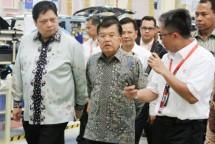 Wapres Jusuf Kalla didampingi Menteri Perindustrian Airlangga Hartarto pada Peresmian Pabrik PT. SGMW Motor Indonesia di Kawasan Industri GIIC Deltamas, Cikarang, Bekasi, Selasa (11/7).