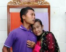 Slamet Riyadi (16) berfoto bersama istrinya Rohaya (71) (Foto Tribunnews)