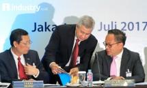 Direktur Utama Bank Mandiri Kartika Wirjoatmodjo (kanan), berbincang kepada Direktur Retail Banking Bank Mandiri Tardi (kiri) dan Corporate Secretary Rohan Hafas saat memaparkan kinerja Bank Mandiri Triwulan II/2017, (Foto Rizki Meirino)