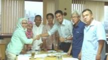 Ketua Pengurus Harian SMSI Provinsi DKI Jakarta, Nandi Nanti berjabat tangan dengan Ketua Dewan Penasehat yang juga Ketua PWI DKI Jaya, Hj. Endang Werdiningsih usai terbentuknya kepengurusan (Foto:Dok:SMSI DKI Jakarta)