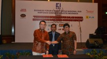 Commerce Director FiberStar Thomas Dragono mengikat kerjasama pemasangan jaringan fiber optik di dua kawasan industri, Kota Bukit Indah dan JIEP Pulogadung, pada Rakernas HKI di Hotel JW Marriott Surabaya, Senin (31/7/2017). (Irvan AF/INDUSTRY)