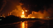 Ilustrasi ledakan kilang minyak. (STR/AFP/GettyImages)