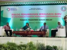 Dirjen Industri Kecil dan Menengah (IKM) Kementerian Perindustrian Gati Wibawaningsih saat menjadi narasumber dalam Dialog Penumbuhan Wirausaha Baru di Lingkungan Pondok Pesantren (Santripreneur) di Pondok Pesantren Sunan Drajat, Lamongan, Jawa Timur