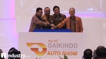 Menteri Perindustrian Airlangga Hartarto (kedua kanan), Ketua Umum Gaikindo Yohannes Nangoi (kanan), Ketua Penyelenggara GIIAS 2017 Rizwan Alamsyah (kiri) dan Bupati Tangerang Ahmed Zaki Iskandar (kedua kiri) menekan tombol bersma tanda peresmian Pem