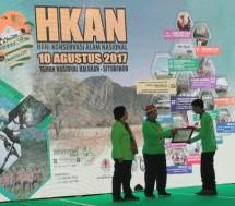 Koordinator Konservasi Alam TWNC Ardi Bayu menerima penghargaan yang diserahkan oleh Menko Perekonomian Darmin Nasution-Menteri KLHK Siti Nurbaya di Situbondo, Kamis (10/8/2017). (Foto Rizki Meirino)