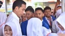 Presiden Jokowi di tengah siswa penerima KIP di SMP Negeri 7, Jalan Cenderawasih, Kabupaten Jember, Jatim, Minggu (13/8). (Foto: Setkab/Agung)
