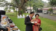Presiden RI Joko Widodo dan Ibu Negara Iriana Jokowi Mencicipi Masakan Berbagai olahan Ikan dari Pemenang dan Finalis Lomba Masak Ikan Nusantara 2017 di halaman Istana Kepresidenan Jakarta