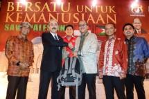 Ketua Umum Kadin Indonesia, Rosan P. Roeslani saat menyerahkan bantuan kepada Duta Besar Palestina untuk Indonesia, Taher Ibrahim Hammad