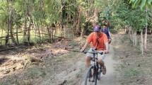 Para wartawan peserta media fam-trip menjajal trek sepeda cross country Rhino X-Triathlon, di Kawasan Ekonomi Khusus (KEK) Pariwisata Tanjung Lesung, Banten, Rabu (16/8/2017). (INDUSTRY.co.id/Irvan AF)