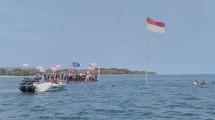Pengibaran Bendera Merah Putih dari bawah laut untuk Peringatan HUT RI ke-72 digelar di Pantai Tanjung Lesung, Banten, Kamis (17/8/2017). (INDUSTRY.co.id/Irvan AF)