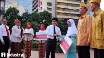 Staf khusus Mentri BUMN Ahmad Bambang dan Direktur PT Pupuk Indonesia (Persero) Aas Asikin Idat menyerahkan bantuan secara simbolis kepada Pariyem Istri Alm. Sukijo yang merupakan salah satu pejuang Veteran di DKI Jakarta