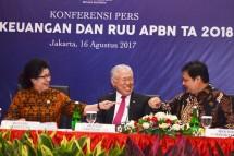 Menteri Perindustrian, Airlangga Hartarto bersama Menteri Kesehatan Nila Moeloek dan Menteri Perdagangan Enggartiasto Lukita sebelum Konferensi Pers Nota Keuangan dan RUU APBN 2018 di Jakarta, 16 Agustus 2017.
