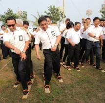 Direktur Utama Telkom Alex J. Sinaga (kedua dari kiri) turut memeriahkan lomba khas 17 Agustus bersama dengan Staf Khusus Menteri BUMN Republik Indonesia Budi Gunadi Sadikin (paling kanan), Direktur Utama Krakatau Steel Mas Wigrantoro Roes Setiyadi (