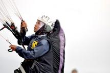 Diah Kristina Rahayu, anggota Pelatnas Paralayang Asian Games 2018, sedang lepas landas pada Ronde III Piala Asia II Lintas Alam Paralayang 2017, di Gunung Mas, Puncak Senin (14/8). (FotoTAGOR SIAGIAN/HUMAS FASI )