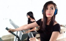 Model sedang memperagakan Audio Soul Electronics dengan Tokopedia, Jakarta, Selasa (22/8/2017)