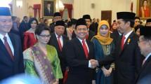 Soetrisno Bachir diberikan ucapan selamat oleh Presiden Jokowi usai dilantik sebagai Ketua KEIN, di Istana Negara, Jakarta, Rabu (20/1/2016). (Foto: Setkab/Rahmat)