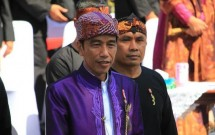 Presiden Jokowi mengenakan Ikat Kepala Makuta Sinatria di Karnaval Kemerdekaan Bandung (Foto Setkab)