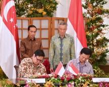 Menteri Preindustrian, Airlangga Hartarto didampingi President RI Joko Widodo sat penandatanganan MoU Menteri Pendidikan (Pendidikan Tinggi dan Keterampilan) Ong Ye Kung mewakili Pemerintah Singapura