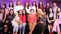 "Harsiwi Ahmad (Tengah) bersama para penyanyi dangdut yang akan tampil dalam acara ""D'Academy Menggoyang Indonesia"""