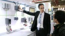 Pascal Dricot, Head of Factory Automation, Digital Factory, Process Industry and Drives Division PT Siemens Indonesia menjelaskan kepada wartawan mengenai salah satu produk Simatic PCS