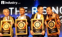 Direktur Eksekutif IPW Ali Tranghanda menyerahkan cenderamata kepada Chairman Lippo Group James T. Riady disaksikan Founder Intiland Development Hendro Gondokusumo, Founder Jababeka SD Darmono (ketiga kiri), dan Dirut BTN Maryono (Rizki Meirino)