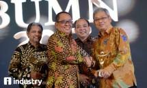 Plt Dirut Perum Jamkrindo I. Rusdonobanu (kanan) menerima menerima penghargaan dari Dewan Pakar Bumn Track Said Didu di Jakarta, Jumat malam (15/9). pada acara Anugerah Bumn Track Award 2017. (Foto Rizki Meirino)