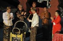 Presiden Jokowi didampingi Mensesneg dan Gubernur Jabar memukul bedug sebagai tanda penutupan Festival Keraton Nusantara XI, di Cirebon, Jabar, Senin (18/9) malam. (Foto: Rahmat/Humas)