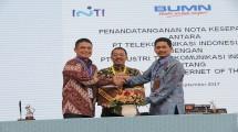 Direktur Enterprise & Business Service Telkom Dian Rachmawan dan Direktur Utama PT Inti Darman Mappangara berjabat tangan.