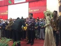 Menteri Perindustrian, Airlangga Hartarto saat acara Wisuda SMK-Sekolah Menengah Analis Kimia Bogor (SMAKBO)