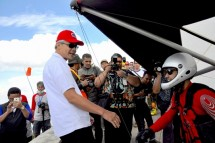 Gubernur Jateng Ganjar Pranowo berbincang dengan pilot Banten, TB Husni Mubarak saat jelang lepas landas di Gunung Telomoyo Ambarawa, (Foto Tagor Siagian/ Humas PB FASI)