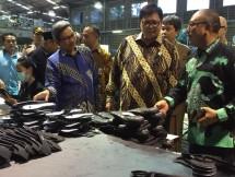 Menteri Perindustrian, Airlangga Hartarto saat mengunjungi industri sepatu PT Aggiomultimex di Sidoarjo, Jawa Timur