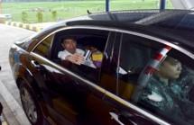 Presiden Jokowi mencoba Jalan Tol Semarang Solo Seksi III : Bawen Salatiga, di Gerbang Tol Salatiga, Kelurahan Tingkir Tengah, Kecamatan Tingkir, Kota Salatiga, Jawa Tengah, Senin (25/9) sore. (Foto: Humas/Jay)