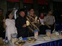 Menteri Perindustrian, Airlangga Hartarto saat mengunjungi industri kerupuk Legong Food Bali di Sidoarjo