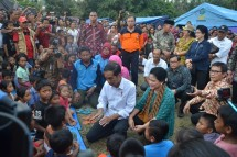 Presiden Jokowi dan Ibu Negara Iriana menghibur para pengungsi Erupsi Gunung Agung di Lapangan Desa Ulakan, Kabupaten Karangasem, Selasa (26/9) sore. (Foto: Humas/Jay