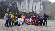 Ketua Umum SMSI Pusat Teguh Santosa dan tim Pendakian Carstensz Papua (Foto Humas)