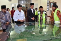 Presiden Jokowi mendapat penjelasan dari Menhub Budi Karya Sumadi tentang tentang pengembangan Bandar Udara Trunojoyo Sumenep Minggu (8/10). (Foto: BPMI)