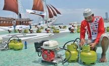 Nelayan sedang mencoba konverter kit pada tabung gas LPG 3 Kg (Foto Ist)