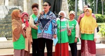 Menteri Pemberdayaan Perempuan dan Perlindungan Anak Prof. DR. Yohana Susana Yembise, Dip, Apling, MA., PhD. bersama Lansia