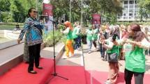 Menteri Pemberdayaan Perempuan dan Perlindungan Anak Prof. DR. Yohana Susana Yembise, Dip, Apling, MA., PhD. Joget Bersama Lansia