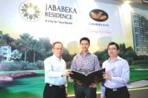 Presiden Direktur PT Graha Buana Cikarang (GBC ), Sutedja S Darmono (tengah), bersama managing director GBC, Lim Seng Ben dan Gm Corp Marketing GBC Handoyo Lim saat press confrence logo baru di Jakarta (Dok INDUSTRY.co.id)